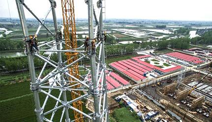 交直流合建特高压变电站进行1000千伏输电铁塔安装